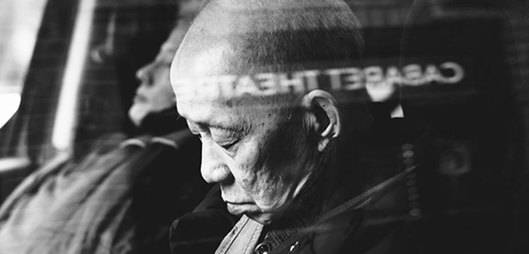 ¿Por qué a las personas mayores les cuesta más dormir?